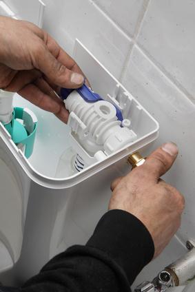 plombier remplaçant flotteur WC